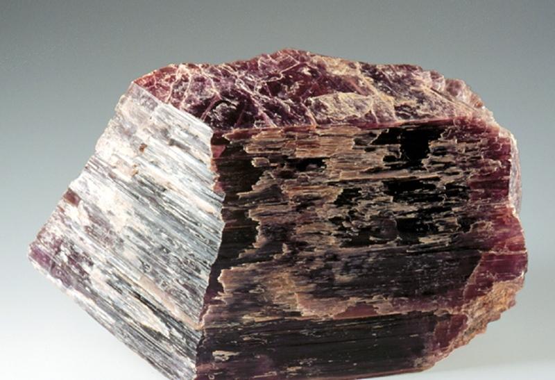 Редкий камень лепидолит