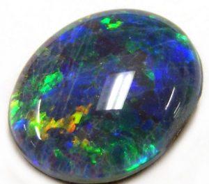Пленительный и нежный камень опал