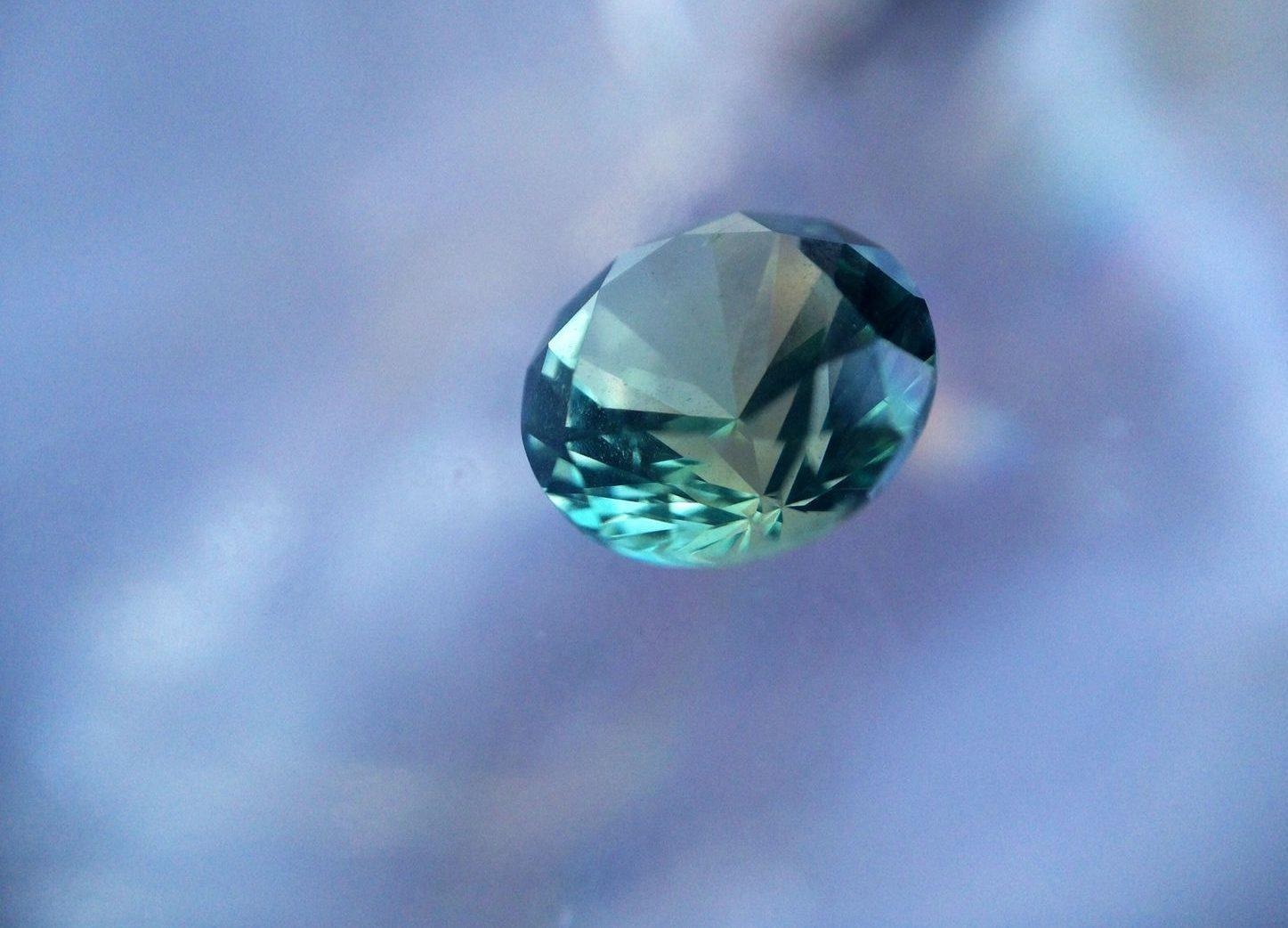 Полудрагоценный камень апатит