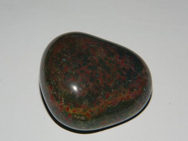Камень гелиотроп: кровавая яшма