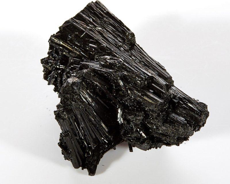 Минерал шерл (чёрный турмалин)