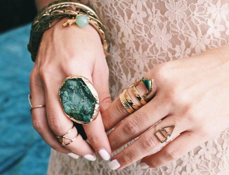 Истинное значение колец на пальцах у женщин: характеристики