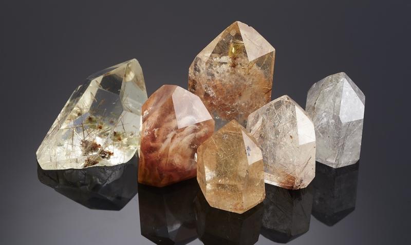 Какими особенностями обладает камень кварц?